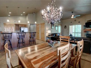 Top Floor! King Master-Free Shuttle-Clubhouse Hot Tub/Pool/Gym