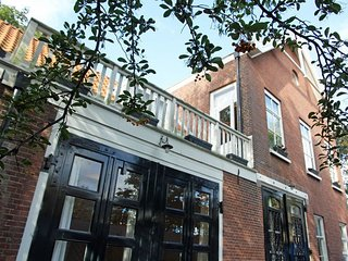 House 599 m from the center of The Hague with Internet, Terrace, Garden, Washing