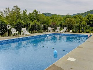 Spacious Mountain View Townhouse Just 1 Min to N. Conway! Wifi, AC and Pool!