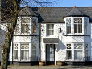 THE LITTLE WHITE HOUSE Victorian townhouse, centre of town in Bala Ref 23290