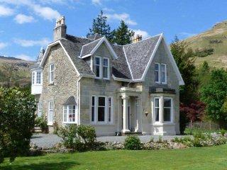 Beautiful Lochside House with lochside lawn in Loch Lomond National Park