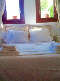 La habitación tiene una cama de 1.35.