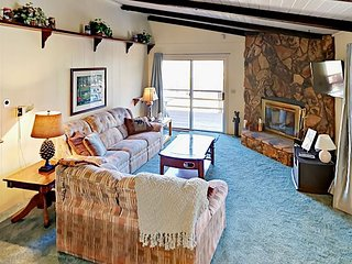 Golf Course 3BR w/ Lodge-Style Charm, Fireplace & Foosball – Walk to Slopes