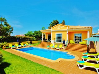 AMAZING VILLA W/ HEATABLE POOL & JACUZZI, WI-FI, AIR CON, ONLY 800M FROM BEACH