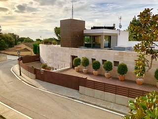 Casa de diseño entre el mar y la montaña , cerca  de Barcelona ciudad