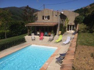 Gite Les Taillades avec Grande Piscine et 5 Chambres , Rocher , Ardèche