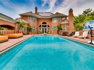 Large estate & cottage w/ private pool, 2 hot tubs, firepits, game room & more!