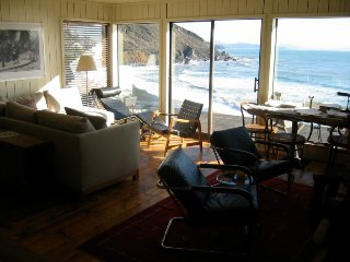 Small cottage right on the beach. Romantic getaway 2 fireplaces and hot tub.