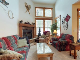 Golf course-view condo w/ private patio & shared pools, hot tub, gym & more!