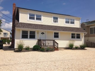 Great Long Beach Island 1st fl Duplex. Bay views. Walk to Beach. Modern,Spacious