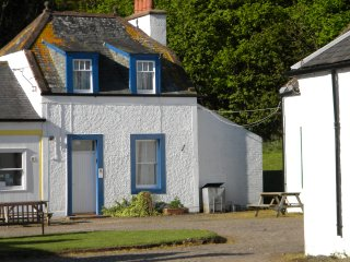 Red Squirrel Cottage, lovely traditional 3 star house at Kirkwood farm