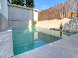 Townhouse, pool, air con, central town