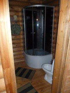 Все удобства: душ, туалет, горячая вода, плитка, чайник - все есть.