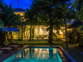 6 BR | Lush Garden | Big Groups | Walk to the beach |  The Retreat Villa