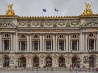 ON BANKS OF SEINE&MINUTES TO PALAIS ROYAL