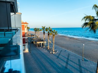 Aparthotel 10m beach and restaurants only 45min BCN train