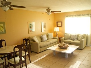 Paradise Found Gorgeous 1b/1b condo a 4 minute walk to the Gulf of Mexico..