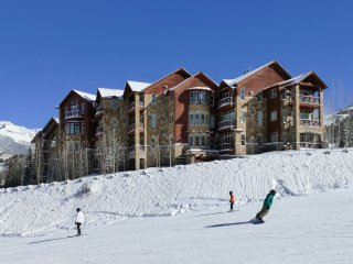 Luxurious 6 Bedroom Ski-in/Ski-out Condo Retreat with Amazing Mountain Views