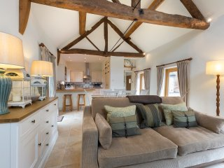 18th Century Tithe Barn, Cotswolds, Large Private Garden, Parking on Drive