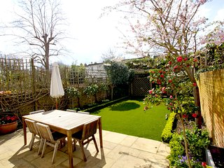 Large Family Home, Off Road Parking, 6 Mins Walk to Tube (by Elizabeth Lytton)