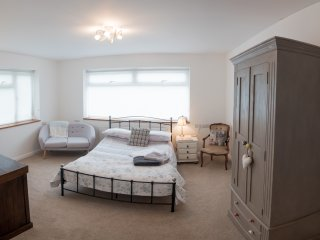 Large Sunny double bedroom, Billngshurst