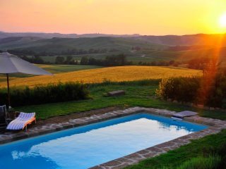 Inviting Tuscan Farmhouse with Incredible Views and Privacy - Casale Pienza