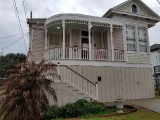 2 Blocks to the Beach, 3 BR, 2 BA plus huge bonus room, Sleeps 10, Wi-Fi