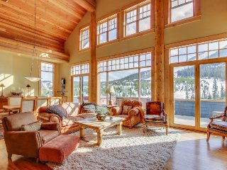 Gorgeous ski-in/ski-out penthouse w/ private hot tub, gas fireplace
