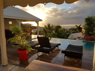 La Villa Blanche avec piscine a debordement,carbet,salon,bar et sa vue mer