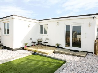 HEGARTY'S COTTAGE, open plan, pet friendly, ideal for walkers, in Mawgan Porth,