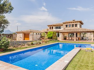 Stunning villa, great location, pool, lawn, Jaquzz