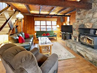 Becky's Boathouse – Classic 3BR Tahoe Retreat w/ Big Deck & Rock Fireplace