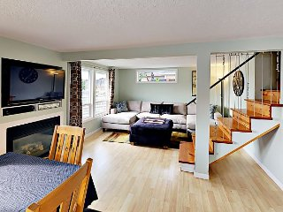 2BR/2BA Home w/ Deck, Fireplace – Beach and Dining Nearby