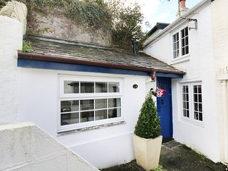 13 CASTLE HILL, woodburner, close to amenities, views from patio, Lostwithiel