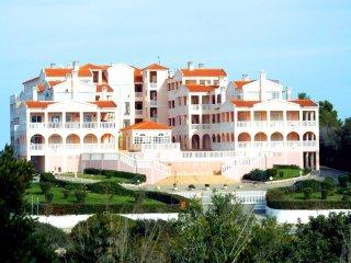 Beautiful 2 bed Apartment Praia da Rocha, 200mtrs from Vau Beach!