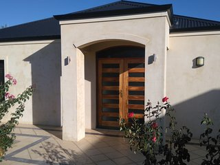 Lakes Estate Stay-Newly Renovated House,WiFi,close to shops/parks/bus stop