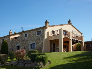Villa Sague: Lujosa masia en pueblo tranquilo