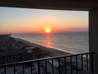 STUDIO CONDO  ON THE BEACH. MILLION DOLLAR VIEWS. GREAT RATES, TONS OF AMENITIES