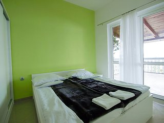 Saric Apartment Sleeps 6 with Air Con and Free WiFi - 5061234