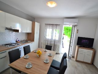 Saric Apartment Sleeps 6 with Air Con and Free WiFi - 5410266