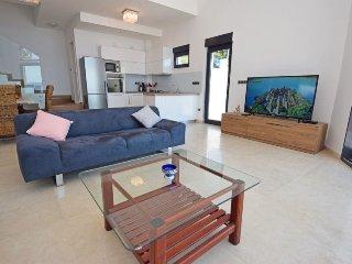 Okrug Gornji Holiday Home Sleeps 6 with Pool Air Con and Free WiFi