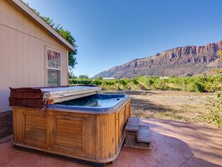 Deluxe patio with pizza oven, outdoor shower, hot tub, tremendous views, & more!