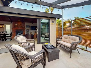 Luxurious house with sunny patios & great location - walk to the beach!