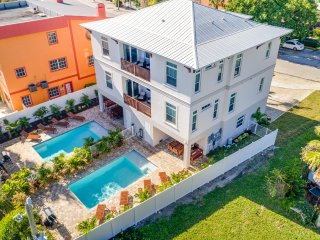 Casa Mahalo- 4BR/3BA Private Home, Heated Pool and Cabana, in Siesta Key Village