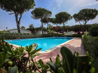Villino in parco verde con piscina vicino al mare