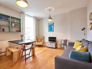 Colourful 2 bed duplex in East London w/balcony
