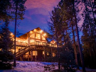 4500 sq ft Mountain Side 5 Star Retreat*Hot Tub*Game Room*5 min from Slopes