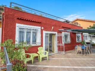 3 bedroom Villa with Air Con, WiFi and Walk to Beach & Shops - 5027436