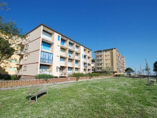 2 bedroom Apartment with Walk to Beach & Shops - 5054880