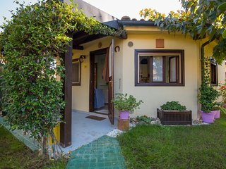 2 bedroom Villa with Pool, WiFi and Walk to Beach & Shops - 5504312